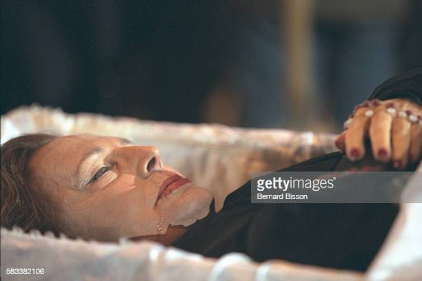 The singer lying in the open coffin in the Catholic Estrela basilica