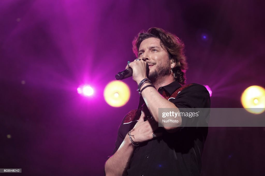 Manuel Carrasco performes live in Madrid