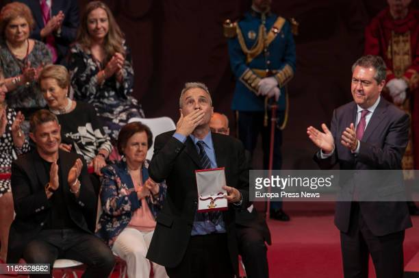 The singer of 'Hombres G', David Summer , gather in the name of his father the medal of Sevilla, delivered by the mayor of the city, Juan Espadas ,...