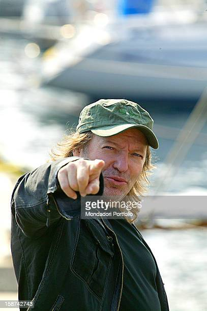The singer Vasco Rossi with his right arm outstretched and the index finger pointing towards the camera Sanremo 2007