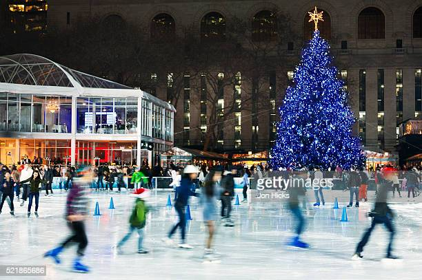 the skating rink in bryant park. - ブライアント公園 ストックフォトと画像