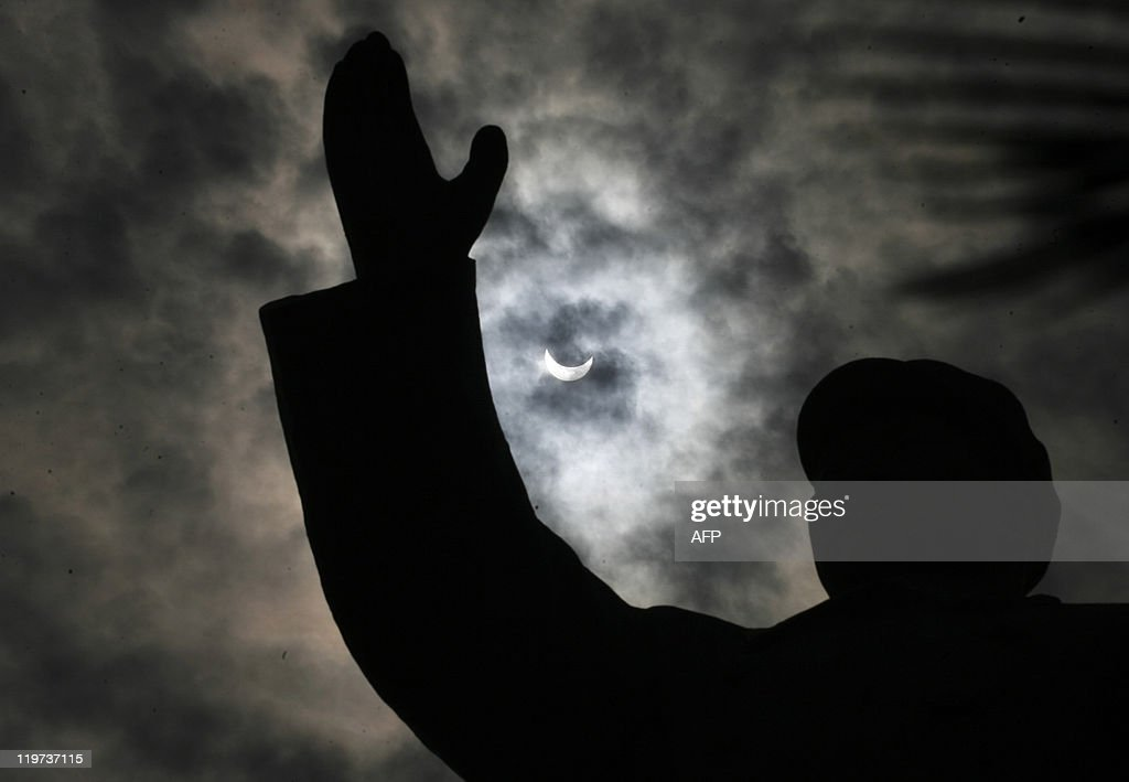 The sky goes dark over the statue of lat : News Photo