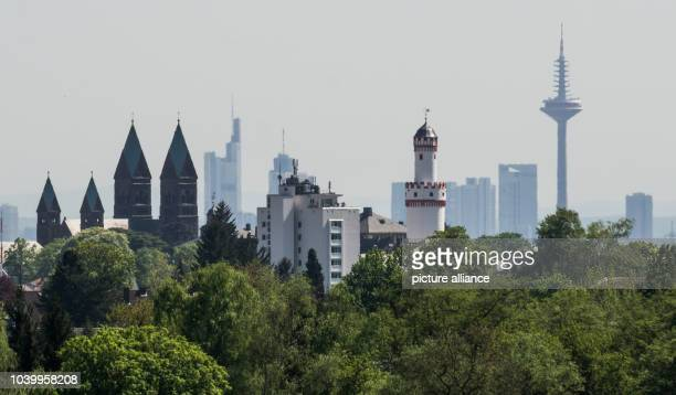 The skyline of Frankfurt/Main behind the city of Bad Homburg, Germany, 8 May 2016. PHOTO: FRANK RUMPENHORST/dpa | usage worldwide