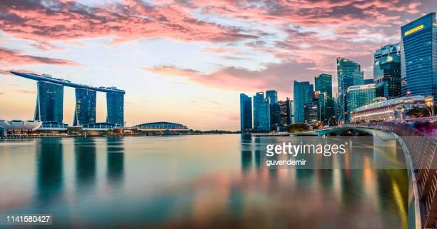 夕暮れ時のシンガポールのスカイライン - マリーナ湾 ストックフォトと画像