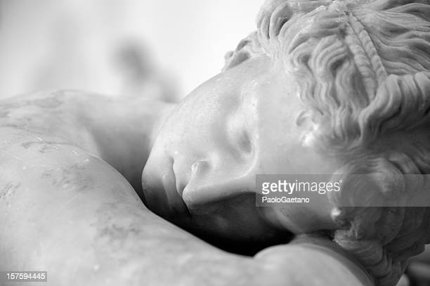 the sleeping hermaphrodite - sculptuur stockfoto's en -beelden