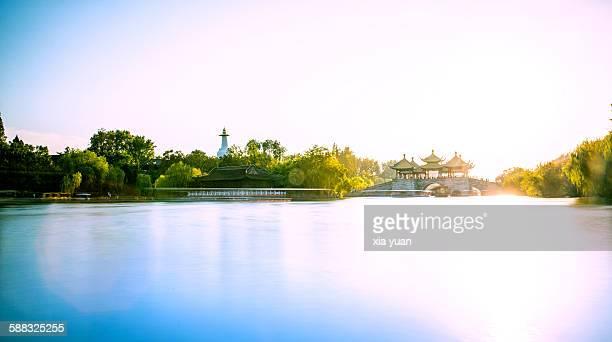 the slender west lake at sunset, yangzhou - yangzhou foto e immagini stock