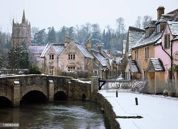 the small quintessential snow covered village of castle combe in wiltshire. - ウィルトシャー州 ストックフォトと画像