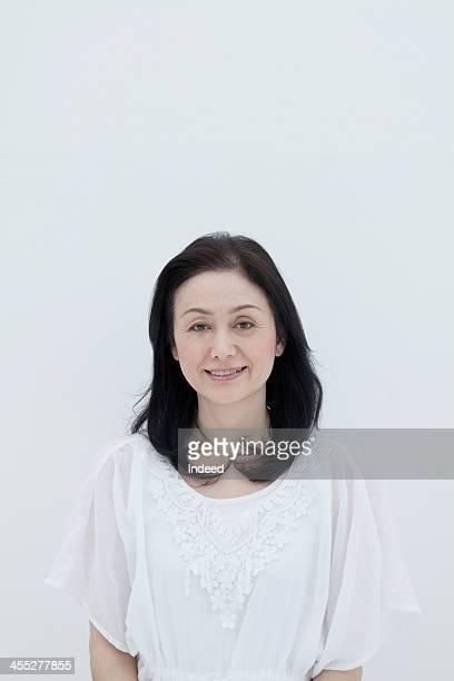 the smiling face of middle-aged woman - schwarzes haar stock-fotos und bilder