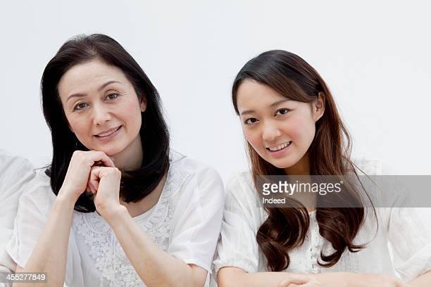 the smiling face of mother and daughter - somente japonês - fotografias e filmes do acervo