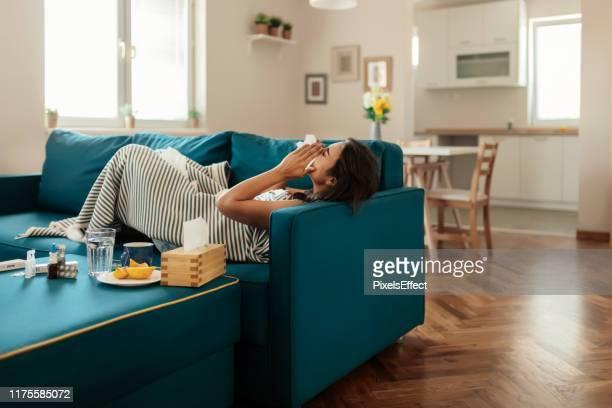 くしゃみは続くだけ - 風邪ウィルス ストックフォトと画像