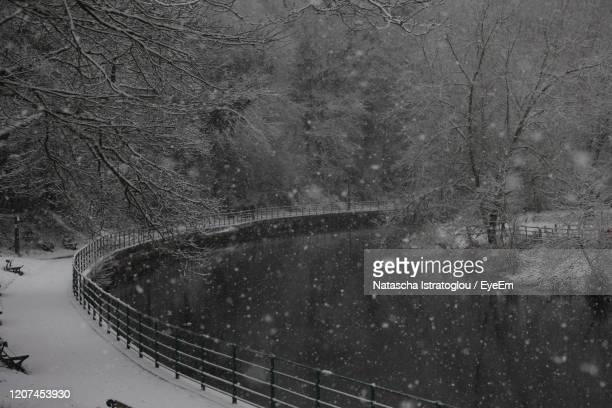 the snow is falling along the river - モーペス ストックフォトと画像