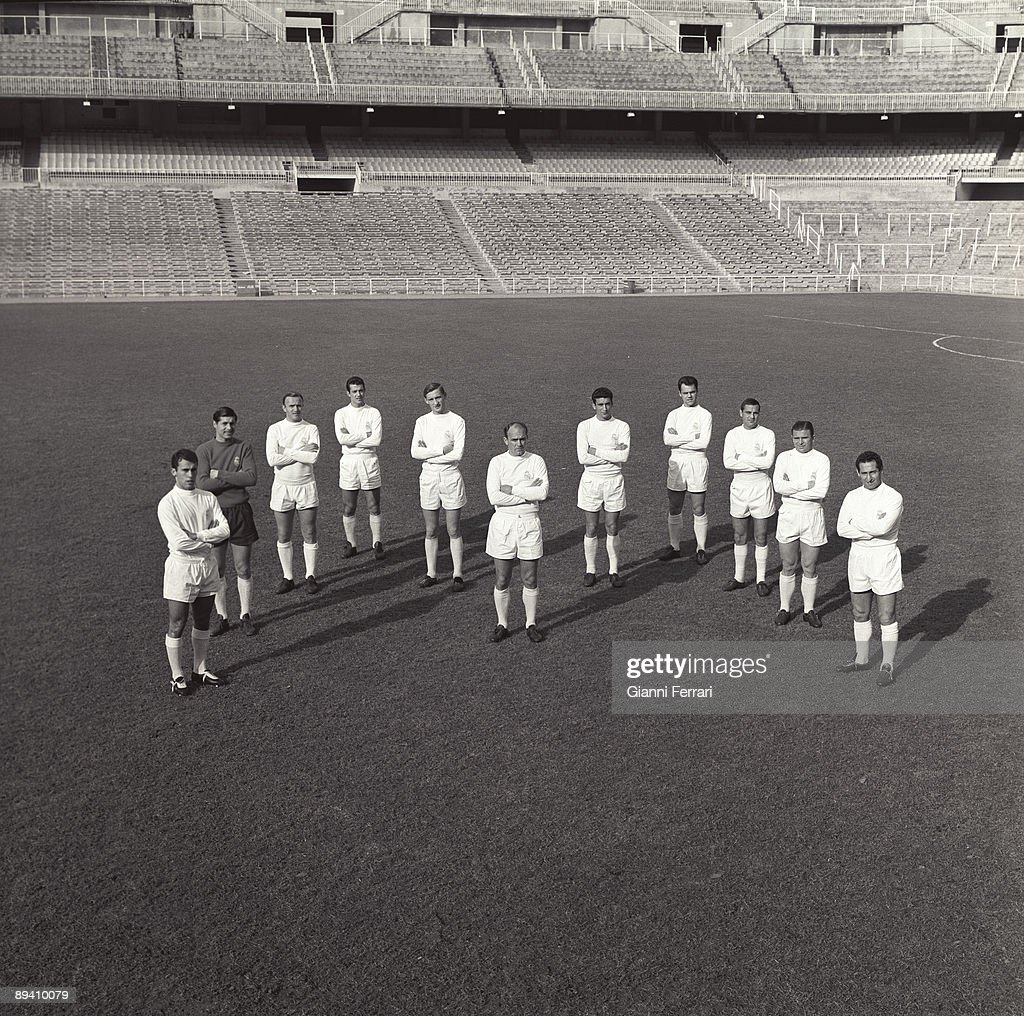 The soccer player Alfredo Di Stefano (Real Madrid) posses with all the team in 1963. Santiago Bernabeu, Madrid (Spain).