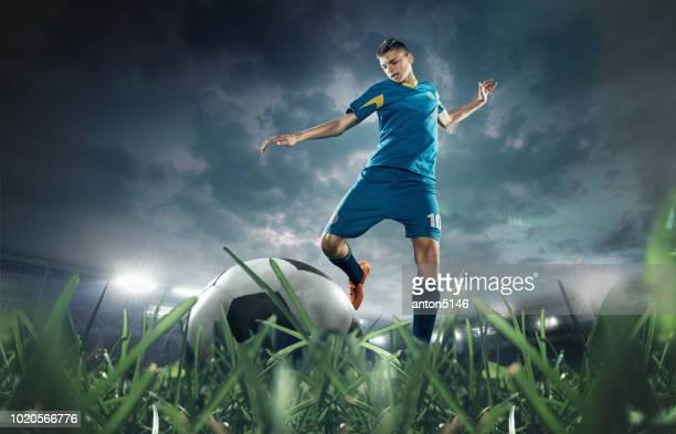 die fußball-spieler den ball im stadion - anstoß sportbegriff stock-fotos und bilder