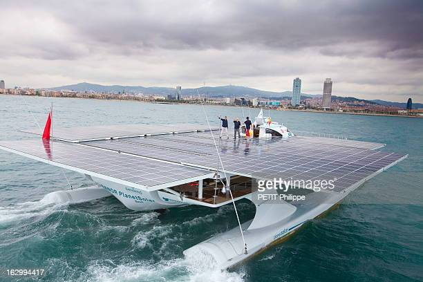 The Solar Energy Boat 'Planetsolar' In The Bay Of Barcelona Last Test Before Starting The World Tour C'est le plus grand bateau fonctionnant à...