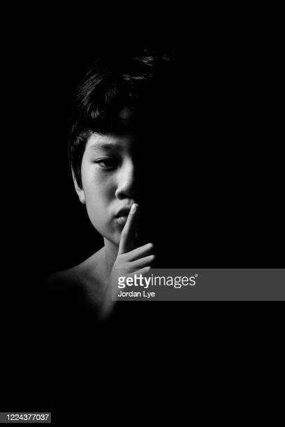 the sound of silence - clave baja fotografías e imágenes de stock