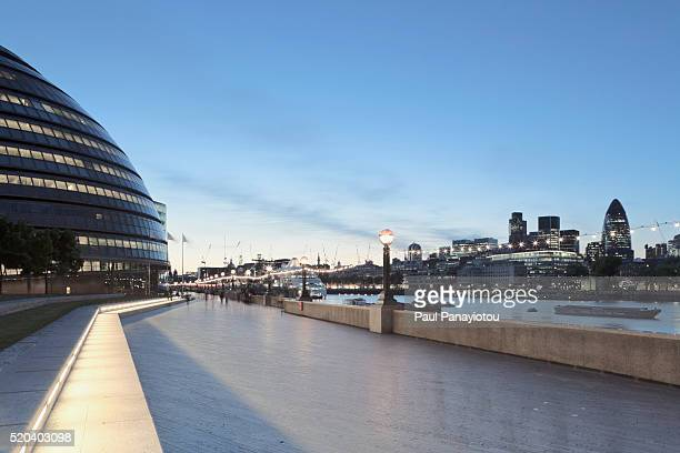 the south bank with view of city hall, thames river and swiss re building, london, england, uk. - ロンドン サウスバンク ストックフォトと画像