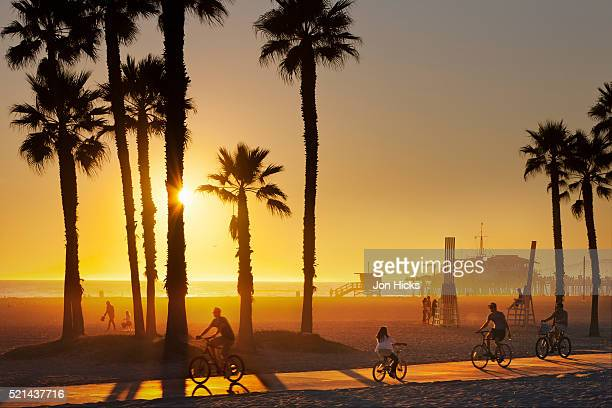 the south bay bicycle trail at sun set. - santa monica los angeles foto e immagini stock