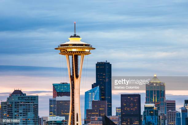 the space needle and skyline at dawn, seattle, usa - space needle stock-fotos und bilder