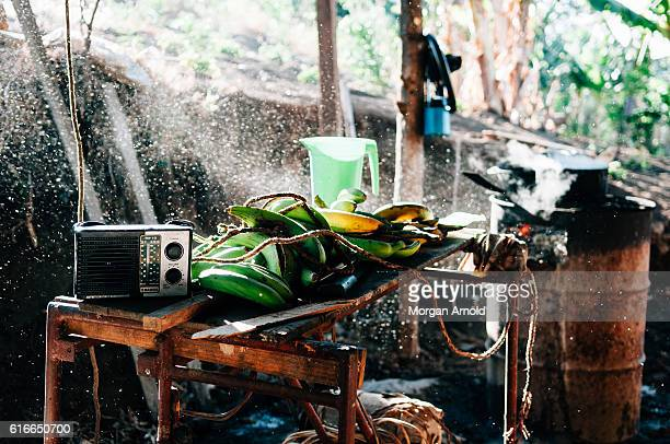 the space where a family that lives in a rural village in nicaragua uses to prepare their meals - nicarágua - fotografias e filmes do acervo