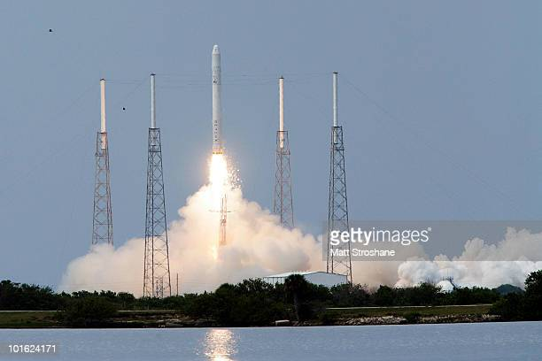 The SpaceX Falcon 9 test rocket lifts off of pad 40 at Cape Canaveral Air Force Station on June 4, 2010 in Cape Canaveral, Florida. This is a test...