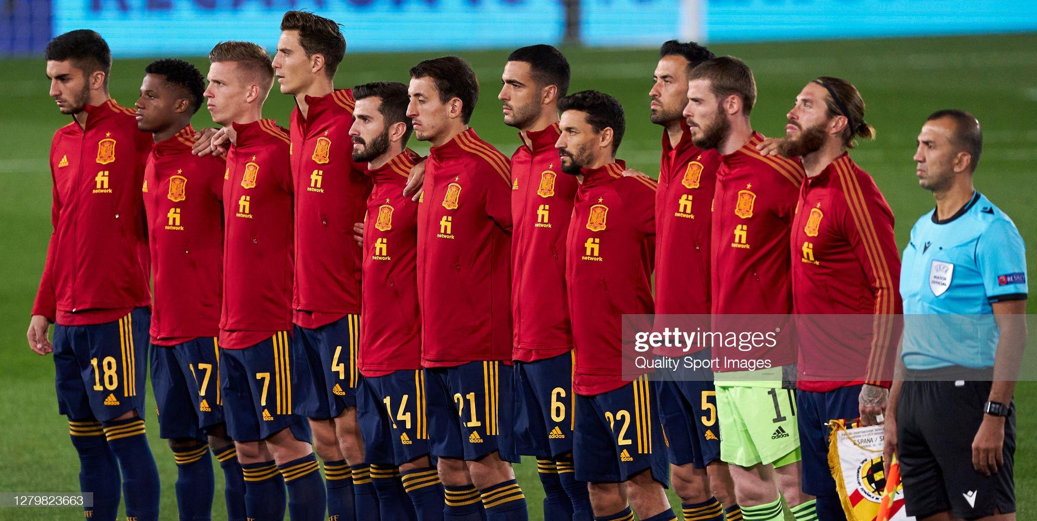 Hilo de la selección de España (selección española) - Página 2 The-spain-team-line-up-for-the-national-anthem-prior-to-the-during-picture-id1279823663?s=2048x2048
