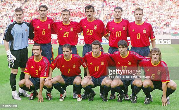 The Spanish national team pose ahead of their Group B match against Paraguay at the 2002 FIFA World Cup Korea/Japan in Jeonju 07 June 2002 It is the...