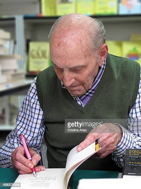 The Spanish poet Marcos Ana, political prisoner who spent more time prisoner under the dictatorship of Franco, signing copies of his works at 'Book...