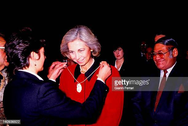 The Spanish Queen Sofia receives a gift in the Maori Center 20th June 1988 Wellington New Zealand