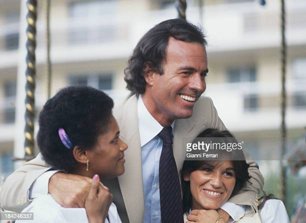 The Spanish singer Julio Iglesias with two fans Madrid Castilla La Mancha Spain