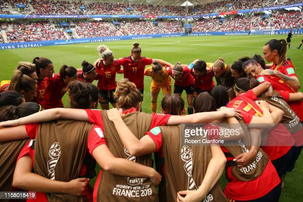 The Spanish team create a huddle prior to the 2019 FIFA Women's World Cup France Round Of 16 match between Spain and USA at Stade Auguste Delaune on...
