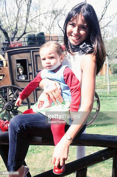 The Spanish TV presenter Minerva Piquero with her daughter 27th Marzo 2001 Madrid Spain