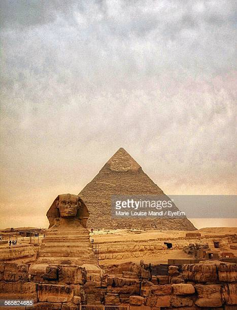 the sphinx and pyramid of chephren - giza pyramids stock pictures, royalty-free photos & images