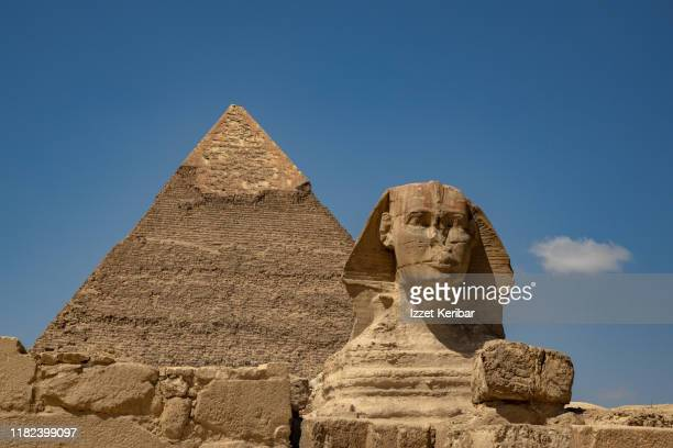 the sphinx and the giza pyramids, cairo, egypt - antico egitto foto e immagini stock