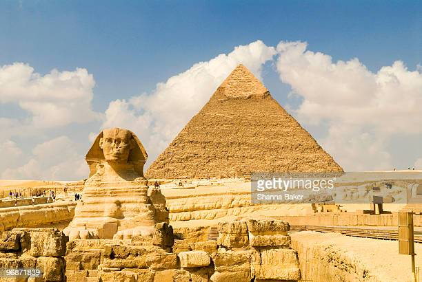 the sphinx and the pyramid of khafre, giza - cairo stock pictures, royalty-free photos & images