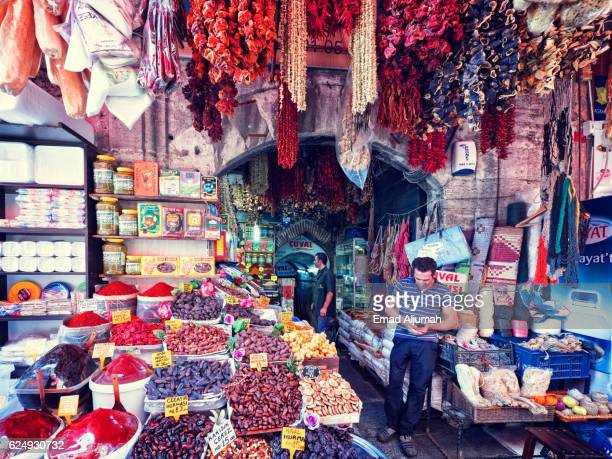 the spice bazaar in istanbul, turkey - bazaar stockfoto's en -beelden
