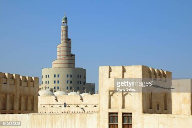 the spiral minaret of the fanar qatar islamic cultural center, doha, qatar - frans sellies stockfoto's en -beelden