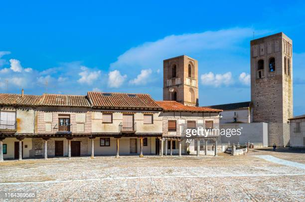 the square of the villa (plaza de la villa) in arevalo and  san martín church , avila, spain - castilla leon fotografías e imágenes de stock