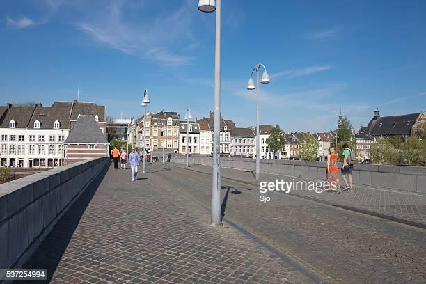 O St. Servatius ponte sobre o Rio Mosa em Maastricht