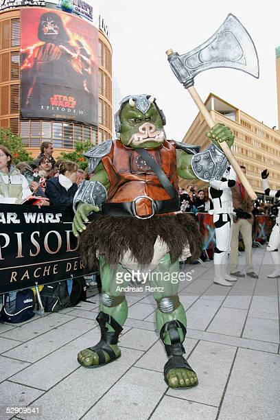The Star Wars figure Gammora warrior poses at a cinema for the German premiere of Star Wars Episode III Revenge of the Sith on May 17 2005 in Berlin...