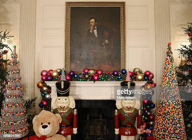 The State Dining Room Is Decorated During First Ady Michelle Obamas Preview Of 2015 Holiday Lady Debuts White House Decorations