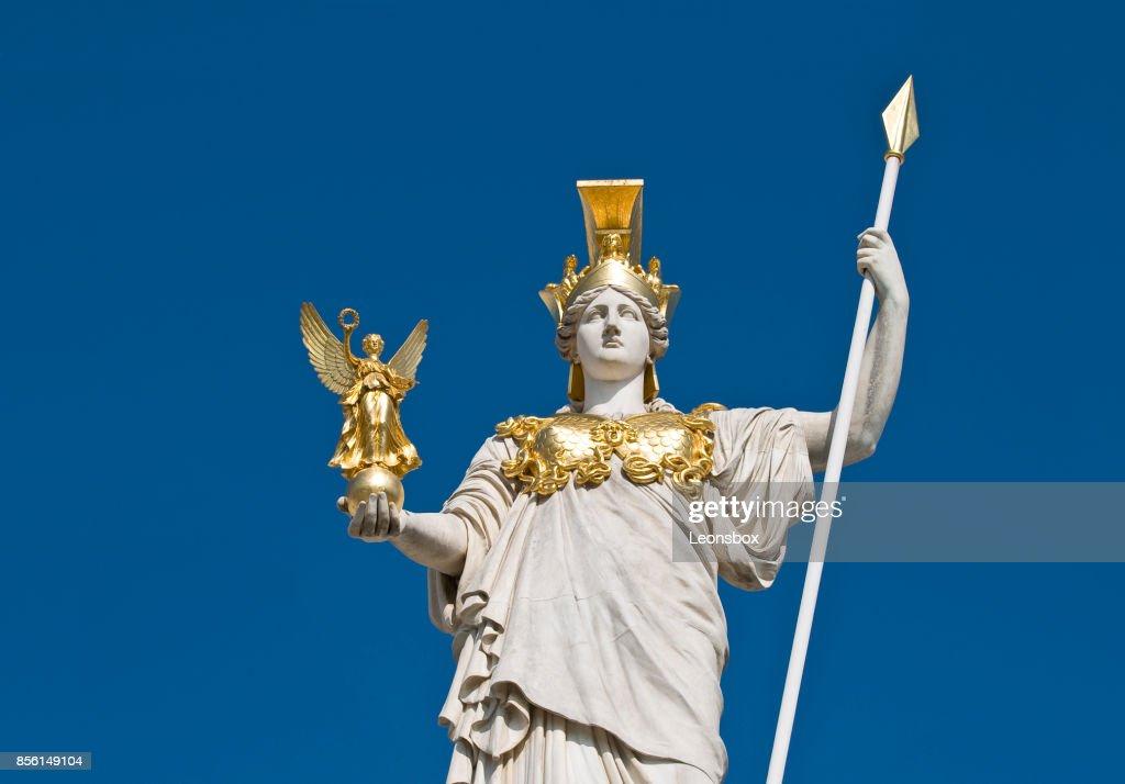 Die Statue der Göttin Athene vor dem österreichischen Parlament in Wien. : Stock-Foto