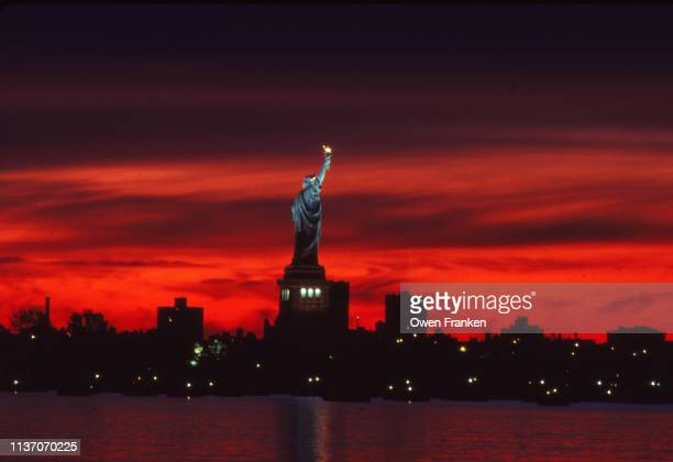 the statue of liberty - image stock-fotos und bilder