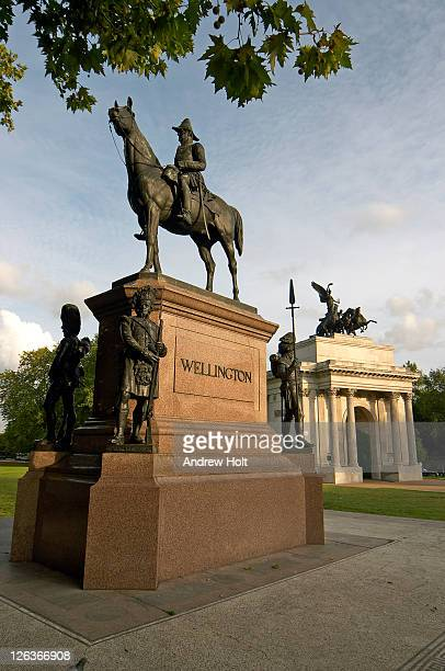 the statue of the duke of wellington with wellington arch in the background. the statue was built be boehm in 1888. - duke stockfoto's en -beelden