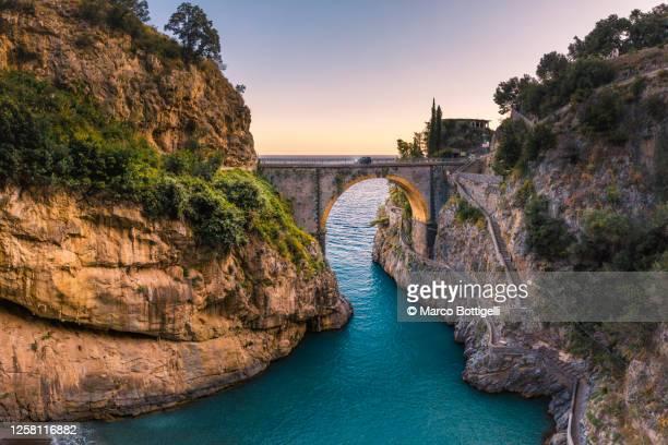 the stone arch bridge of the furore fjord, amalfi coast, italy - bras de mer caractéristiques côtières photos et images de collection