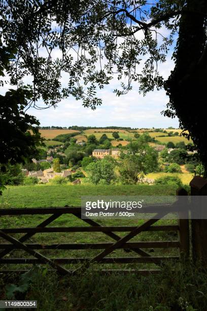 the stone built cottages of naunton village, nestling in the riv - gloucestershire fotografías e imágenes de stock