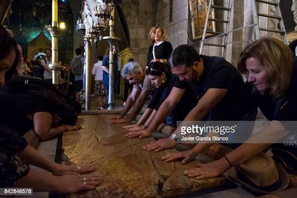 the stone of anointing - chiesa del santo sepolcro foto e immagini stock