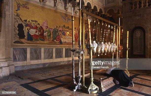 the stone of unction in the church of the holy sepulchre - igreja do santo sepulcro imagens e fotografias de stock