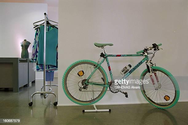 The Store 'colette' In Paris A Paris en mai 1997 dans le magasin 'COLETTE' un vélo VTT BIANCHI présenté près d'un portant de vêtements féminins