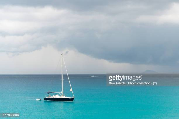 The storm approaches the sailboat