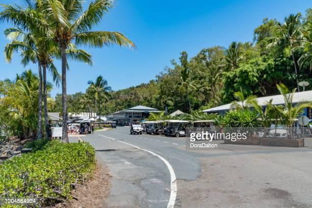 la vue de rue de hamilton island marina, australie - île d'hamilton photos et images de collection